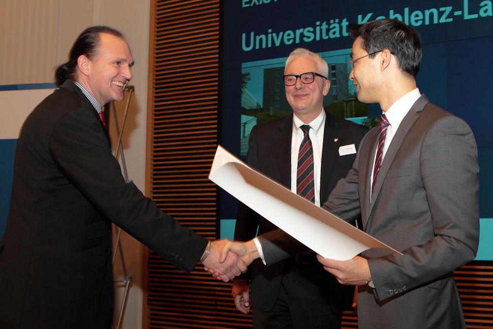 Minister Rösler gratuliert Prof. Dr. Harald von Kortzfleisch (links) und dem Präsidenten Prof. Dr. Roman Heiligenthal. Fotos: EXIST/ Thilo Schoch