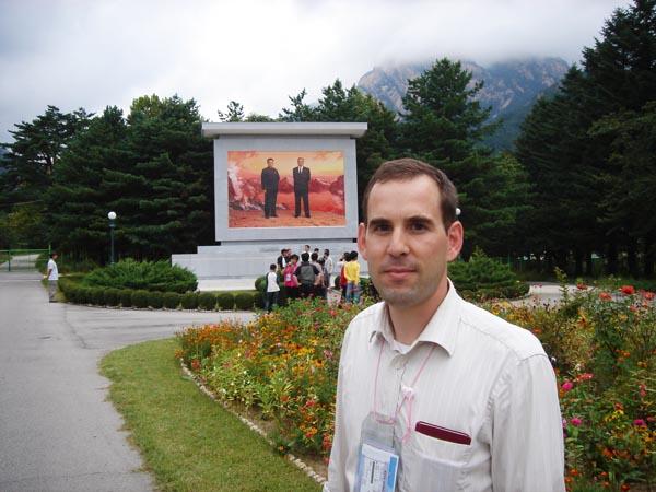Im Rahmen einer Forschungsreise besuchte Bernhard Köppen die Sonderwirtschaftszone im Diamantgebirge. Nordkorea ist geprägt von einem Führerkult, wie das Denkmal für die Ex-Diktatoren Kim Jong Il und dessen Vater Kim Il Sung zeigt. Foto: privat