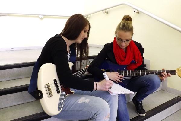 Die Seminarteilnehmerinnen Selina und Manuela tragen am kommenden Montag gemeinsam mit ihren Komilitonen ihre selbst geschriebenen und vertonten Songs im Universum-Kino vor. Foto: Sarah Ochs
