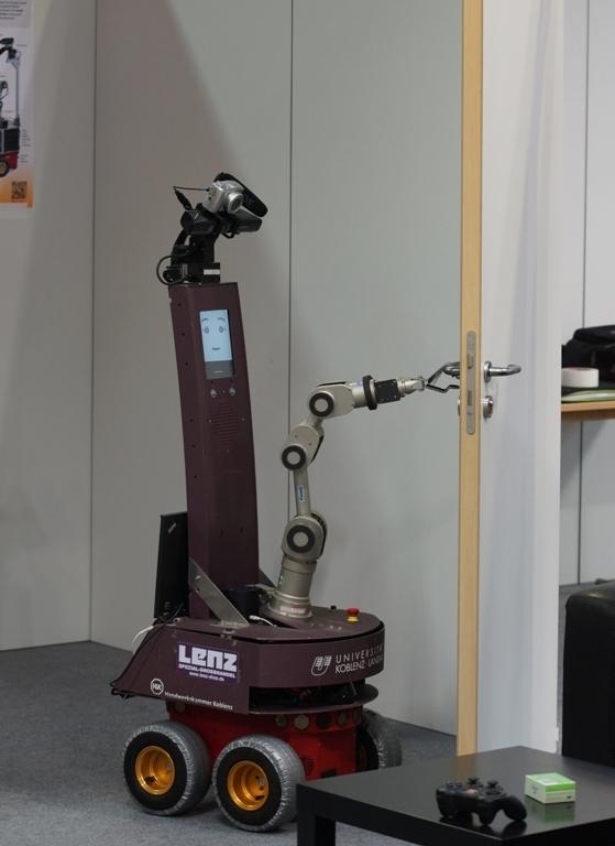 Roboter Lisa kann Türen öffnen. Foto: Viktor Seib