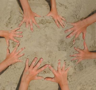 Bald sind Sommerferien. Und im Kinderatelier schaffen viele kleine Hände große Kunst. Foto: S. Hofschlaeger / pixelio.de