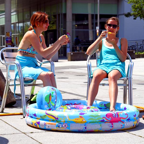 Ein Eis und Wasser - so lässt sich die Hitze aushalten. Foto: Nono Weinzierl