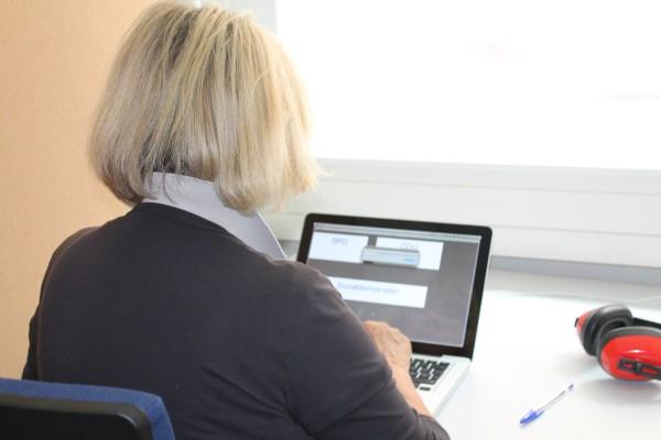 Eine Versuchsteilnehmerin macht im neuen Labor in der Roten Kaserne bei einer psychologischen Studie mit. Foto: Hannah Hohwiller