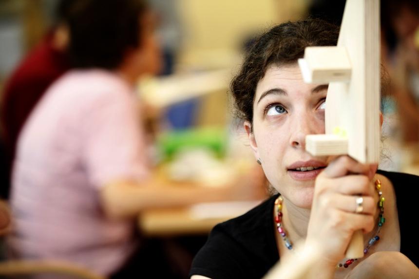 Schüler für naturwissenschaftliches Wissen begeistern: Hierbei unterstützt die Deutsche Telekom-Stiftung angehende Lehrer der MINT-Fächer. Foto: Deutsche Telekom Stiftung