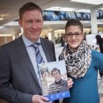 Vizepräsident Prof. Dr. Ralf Schulz und Reporterin Sarah Ochs posieren für das Campus-Magazin Neuland.