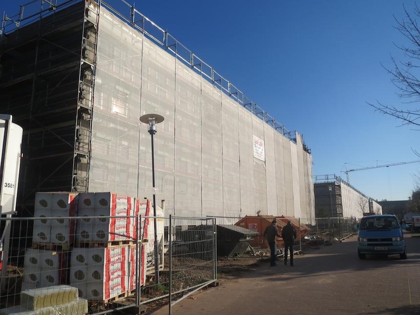 Noch prägen Gerüste und Bauzäune das Bild an der neuen Studierendenwohnanlage im Quartier Vauban. Foto: Christoph Demko