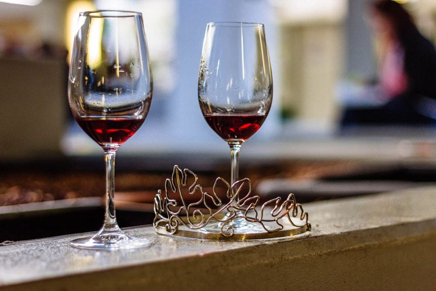 Das silberne Diadem: Weinprinzessin Anna Katharina Fath ist stolze Besitzerin. Foto: Lisa Braun