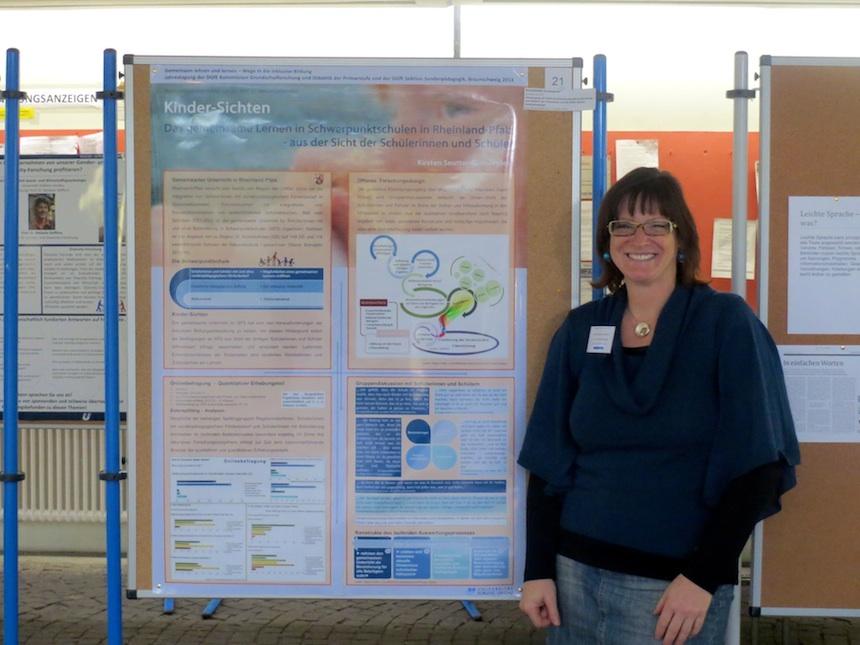 Kirsten Seutter-Guthöhrlein präsentiert stolz ihr preisgekröntes Poster. Foto: dem