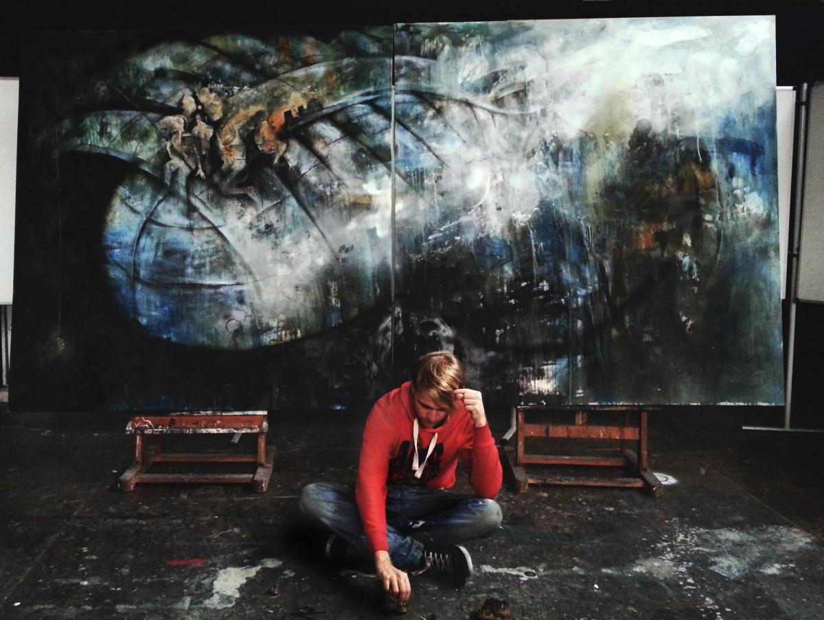 "Kunst-Student Benjamin Burkard vor seinem Werk ""Leviathan"". Foto: Privat"