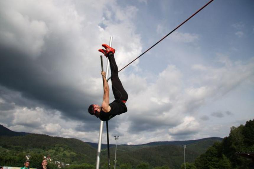 Der Hochschulmeister im Stabhochsprung, Dennis Schober, schafft die fünf-Meter Hürde ohne Probleme. Foto: Privat