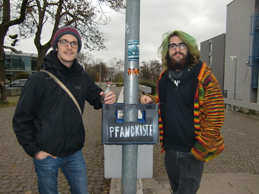 Joshua Meyer (li) und Benedict Geng sind Initiatoren der Pfandkisten-Aktion. Foto: Greb
