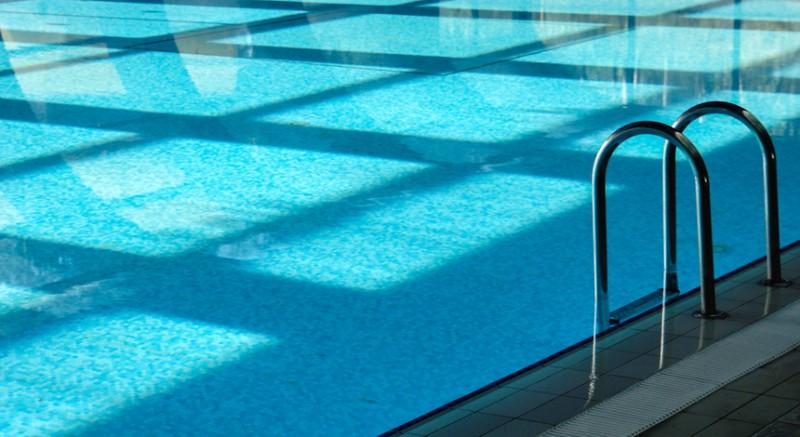 Das kühle Nass sieht man als Kassiererin an der Schwimmbadkasse meist nur aus der Ferne. Foto: Rainer Sturm/ pixelio.de