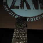 Auf der Tafel sind die Namen der Teilnehmer und die Wertung der Publikumsjury zu lesen.