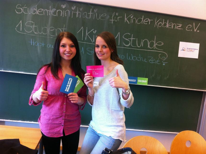 Die Lehramtsstudentinnen Viktoria Schäfer und Jennifer Retz (v.l.) sind die Initiatoren der Ortsgruppe in Koblenz. Foto: Privat