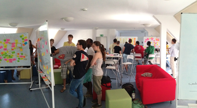 Verschiedene Teams diskutieren ihre Ideen in der ED-School.
