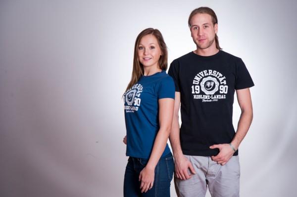 Die Unishirts sind Fairtrade und aus Bio-Baumwolle. Daneben gibt es noch viele andere Dinge im Uni-Shop zu entdecken. Foto: Uni-Shop