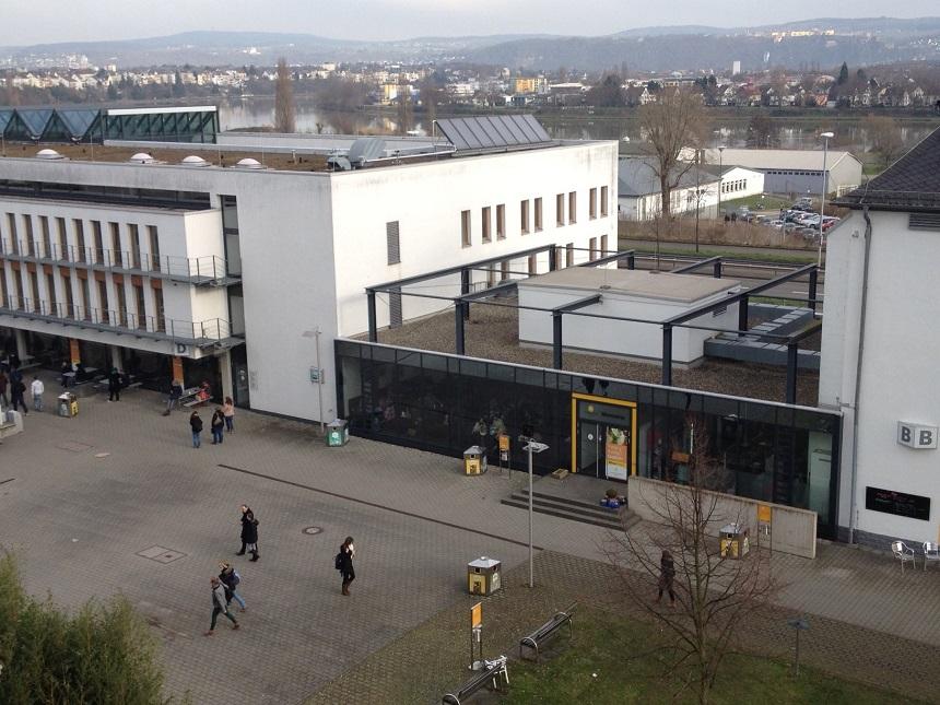 Zwischen den Gebäuden D und B am Campus in Koblenz befindet sich die Neue Mensa. Ab März beginnen dort die Bauarbeiten für neue Sozialräume, die von den Mitarbeitern des Studierendenwerks genutzt werden. Foto: Hannah Wagner