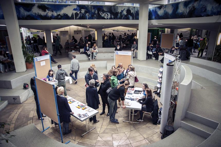 Bei der Orientierungsmesse im Atrium können sich Studieninteressierte und Erstsemester über ein Studium informieren. Fotos: David John