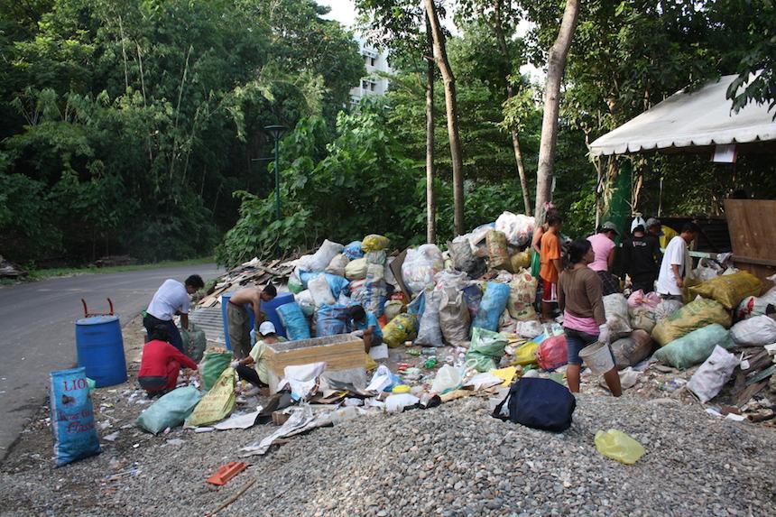 Einen Tag lang hat Hackenfort mit den Anwohnern Müll gesammelt, an der Universität von Cebu, an der sie tags zuvor noch ein Seminar hielt. Foto: Privat.