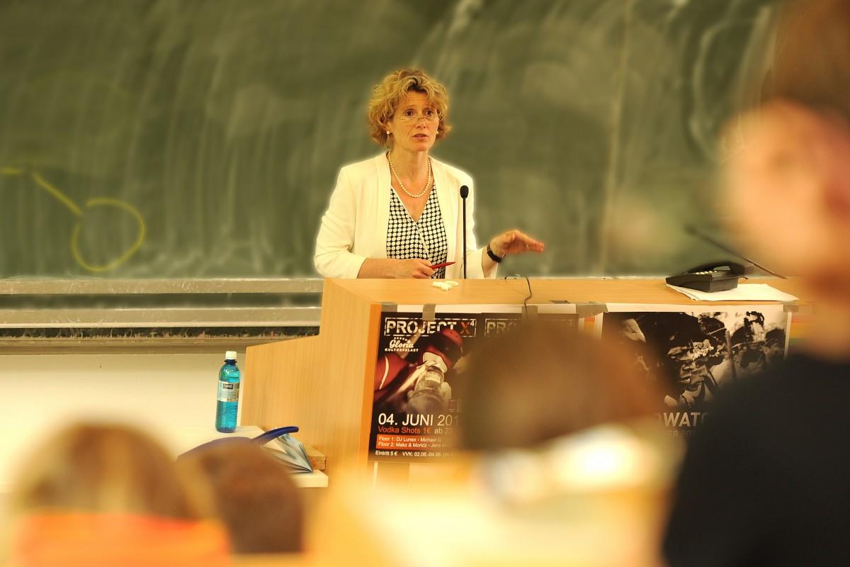 Wirtschaftsministerin Eveline Lemke referierte vor Landauer Studierenden über Klimaschutz und Klimawandel in Rheinland-Pfalz. Foto: Hiller