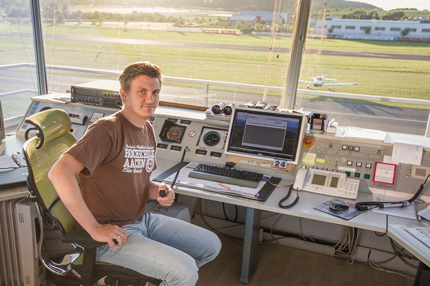 Bastian Pause bei der Arbeit im Tower am Flugplatz Koblenz-Winningen. Foto: Müller