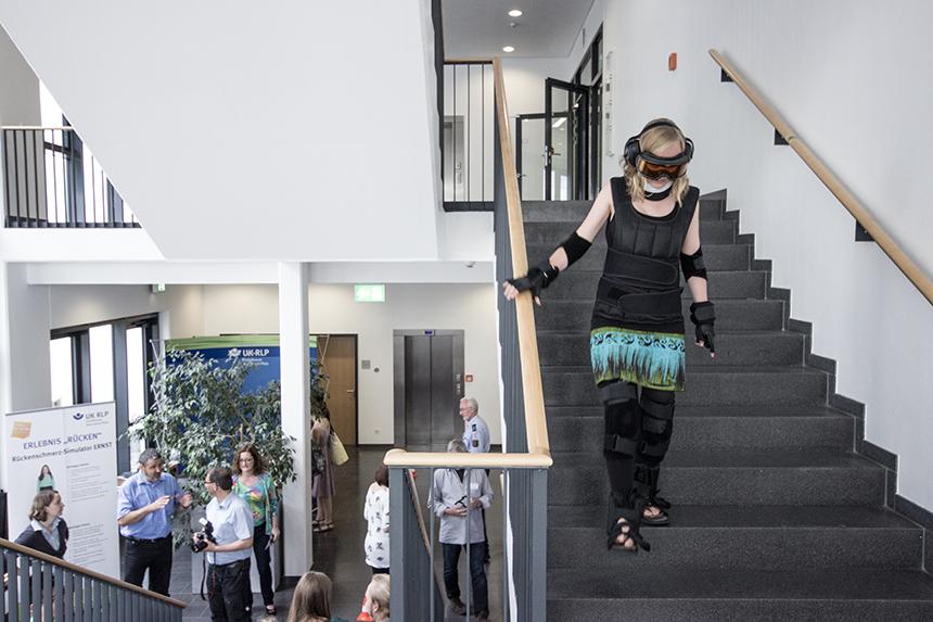 UniBlog-Reporterin Inga Stapel erlebt im Altersanzug GERT typische Eischränkungen älterer Menschen. Foto: Müller