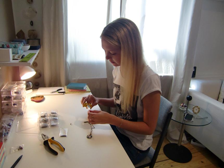 Cara Bitterwolf stellt ihren Schmuck am heimischen Schreibtisch in Landau her. Foto: Greb