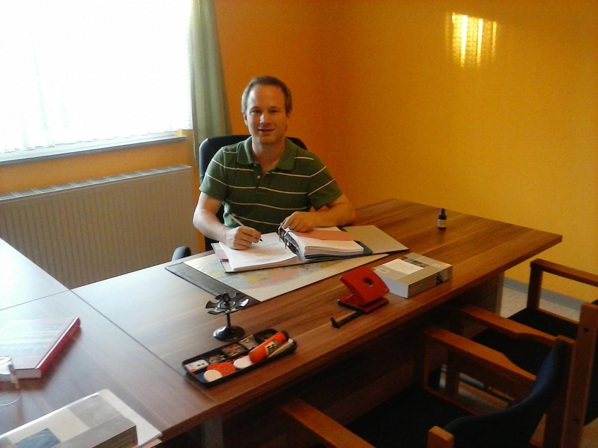 Mehr als nur ein Schreibtischjob: Dennis Maxeiner ist Bürgermeister der Gemeinde Dahlheim. Foto: Dennis Maxeiner