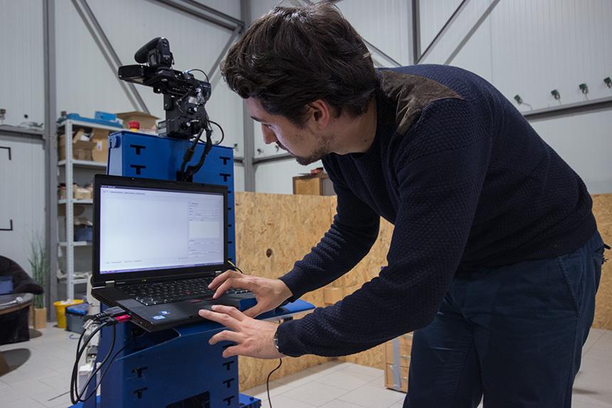 """Dr. Viktor Seib, Mitglied der Gruppe """"Aktives Sehen"""" des Instituts für Computervisualistik, steuert Roboter """"Lisa"""" über ein Notebook an. Fotos: Adrian Müller"""
