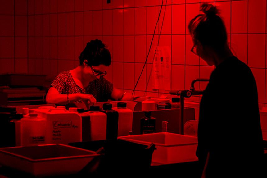 Studentinnen entwickeln analoge Fotografien im Fotolabor am Campus in Koblenz. Foto: Adrian Müller