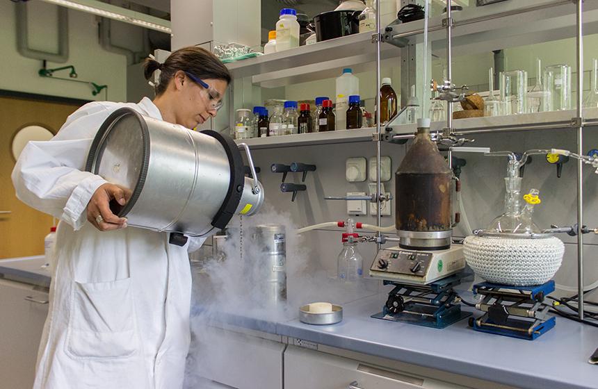Katharina Heintz im Labor des Instituts für Chemie am Campus Koblenz: Mit einem Promotionsstipendium der Stiftung der Deutschen Wirtschaft erforscht sie, wie Emulsionspolymere als Katalysatoren für chemische Reaktionen genutzt werden können. Foto: Adrian Müller