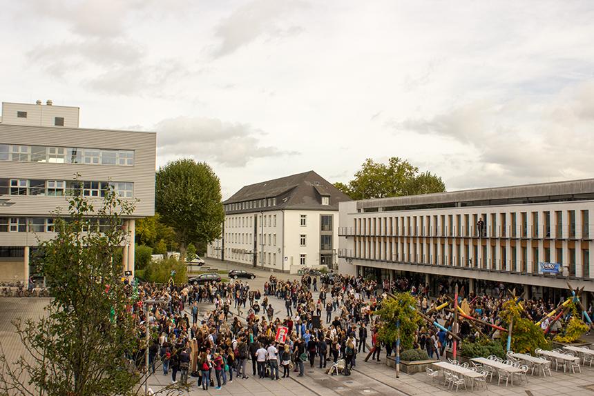 Fertig für die Uni-Rallye? Auf dem Mikadoplatz suchen die Studienanfänger die ihnen zugeloste Gruppe. Foto: Adrian Müller