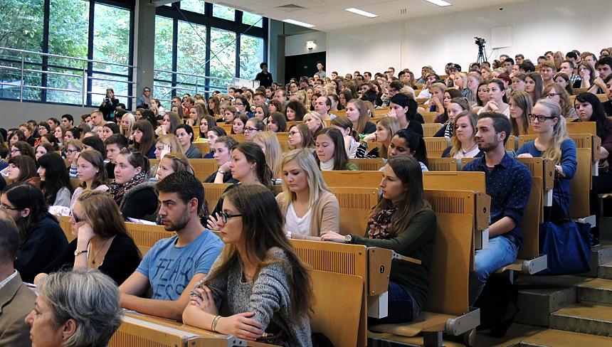 Start in einen neuen Lebensabschnitt: Erstsemester-Studierende bei der offiziellen Begrüßung am Campus Landau. Fotos: Lisa Leyerer