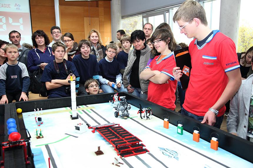 Gespannt verfolgen die Teilnehmer und Jury, wie gut die Roboter ihre Aufgaben lösen.Foto: Michael Nelles