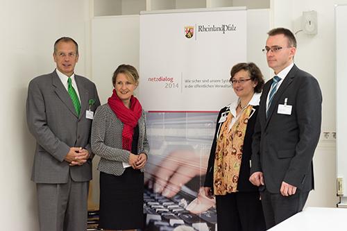 Vizepräsident Prof. Dr. J. Felix Hampe, Innenstaatssekretärin Heike Raab, Prof. Dr. Maria A. Wimmer und Markus Bongarth freuen sich auf einen spannenden Netzdialog. Bild: Adrian Müller