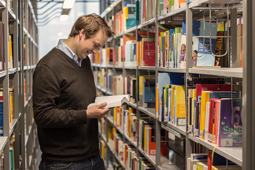 Henrik Bruns, Dimplom-Pädagoge am Institut für Padagogik am Campus in Koblenz erforscht in seinem Promotionsprojekt, ob alte und neue Ansätze des Qualitäsmanagements mit Konzepten pädagogischen Denken und Handelns kompatibel sind. Foto: Adrian Müller