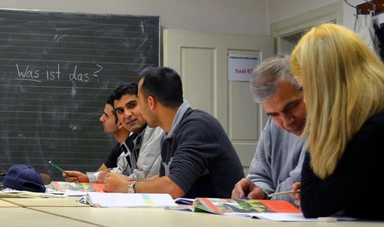 Gemeinsames Lernen beim Deutschkurs für Asylbewerber. Foto: Angela Gräsel
