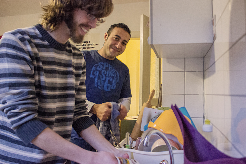 Dominik Müller (links) und sein ägyptischer WG-Mitbewohner Mina Louka verbringen viel Zeit gemeinsam. Seit rund einem Jahr wohnen die zwei 27-Jährigen nun zusammen in Koblenz-Güls. Inzwischen sind sie Freunde geworden. Foto: Adrian Müller