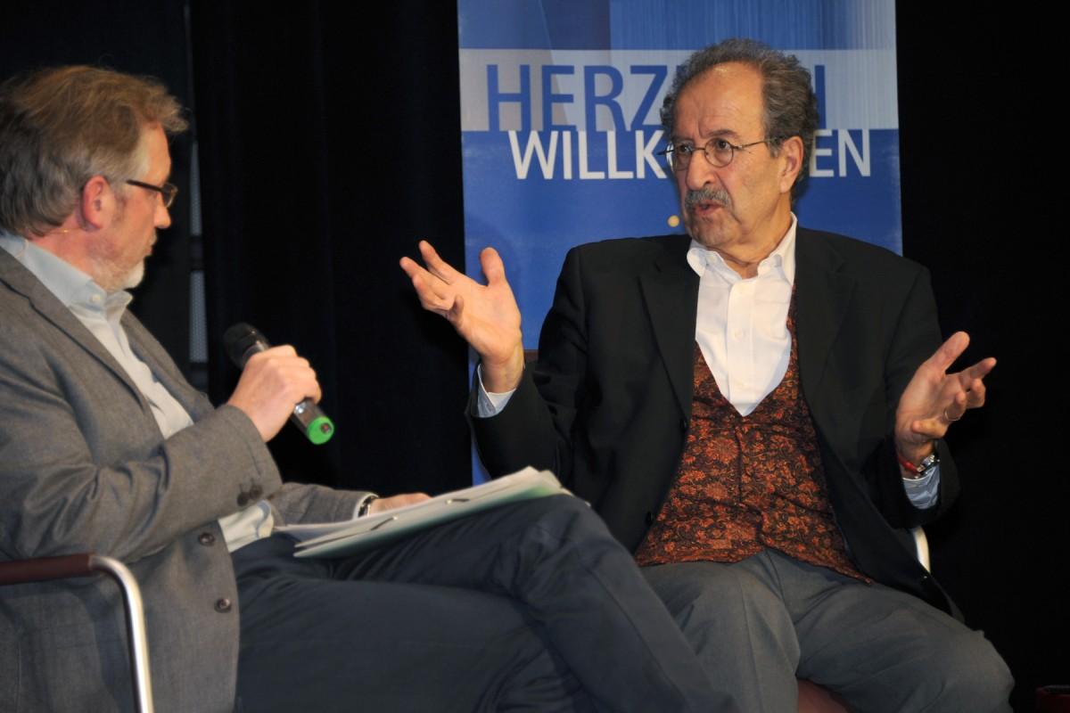 Rafik Schami im Gespräch mit dem SWR-Reporter Martin Durm beim Auftaktabend der Landauer Poetikdozentur. Foto: Berend Berkela/Medienzentrum