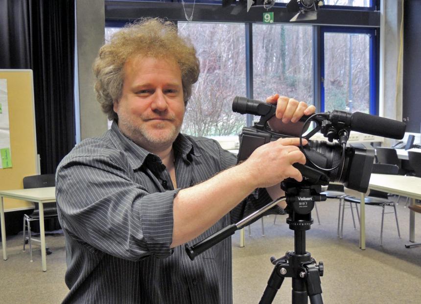 Manuel Frank weiß, wie er mit der Kamera umzugehen hat und gibt dieses Wissen an Lehramtsstudierende weiter. Foto: Lisa Leyerer