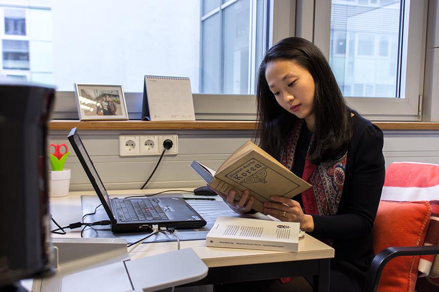 Jihee Hong ist schon seit ihrer Schulzeit ein Fan deutscher Kultur. Für die Promotion im Fach Germanistik verließ sie ihr Heimatland Korea. Foto: Adrian Müller