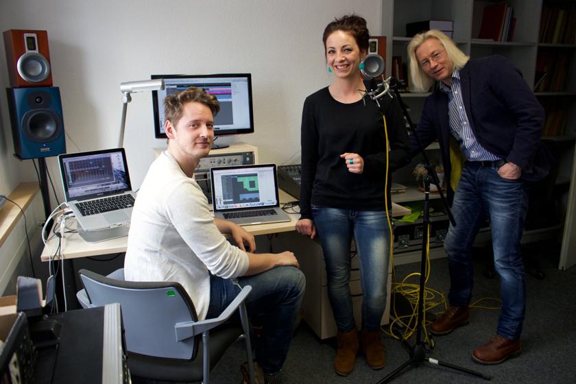 Jan Kornelsen, Barbara Kleber und Universitätsmusikdirektor Olaf Meyer (v.li.) bei den Ton-Aufnahmen des Jingles am Campus Landau. Foto: Kornelsen