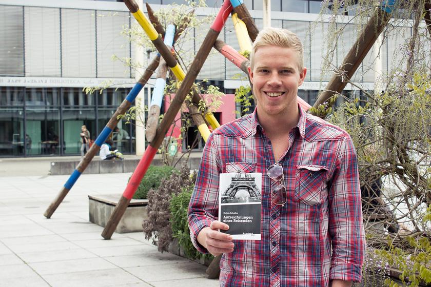 Stefan Schalles präsentiert sein erstes Buch. Foto: Adrian Müller