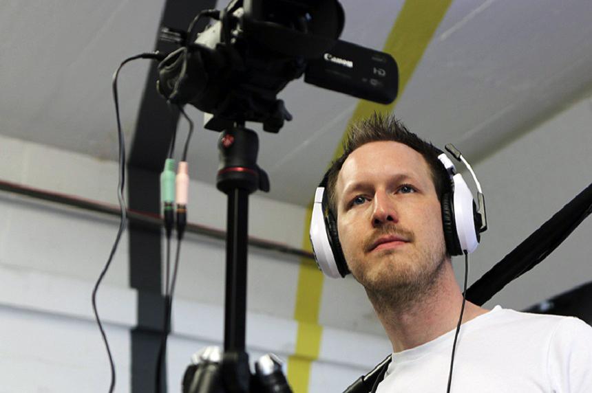 Seinen Traum vor Augen: Campus-Reporter Adrian Müller fühlt sich pudelwohl hinter der Kamera. Foto: Privat