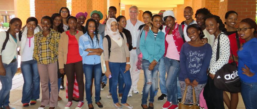 Prof. Dr. Martin Pütz mit seiner Klasse in Botswana. Foto: Pütz