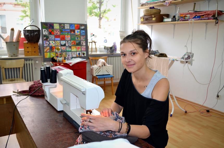 Nähcoach Tanja Horländer gibt Interessierten einmal pro Woche Tipps an der Nähmaschine. Fotos: Angela Gräsel