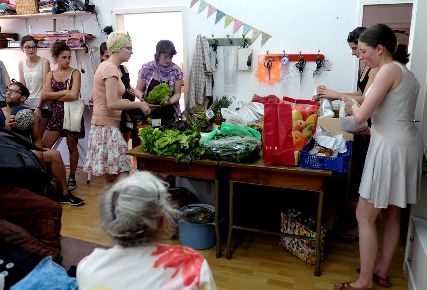 Rettet die Lebensmittel! Beim Foodsharing werden übrig gebliebene Lebensmittel vor der Mülltonne bewahrt und mit anderen geteilt. Fotos: Lisa Leyerer.