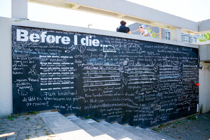Kreidewünsche am Campus Landau: Die kirchlichen Hochschulgruppen haben eine Tafel installiert, die zum Nachdenken anregt. Foto: Körber