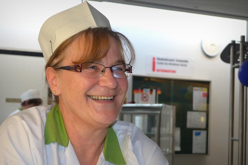 Hat gern ein offenes Ohr für die Studierenden: Mensa-Mitarbeiterin Gerda Brand. Foto: Angela Gräsel