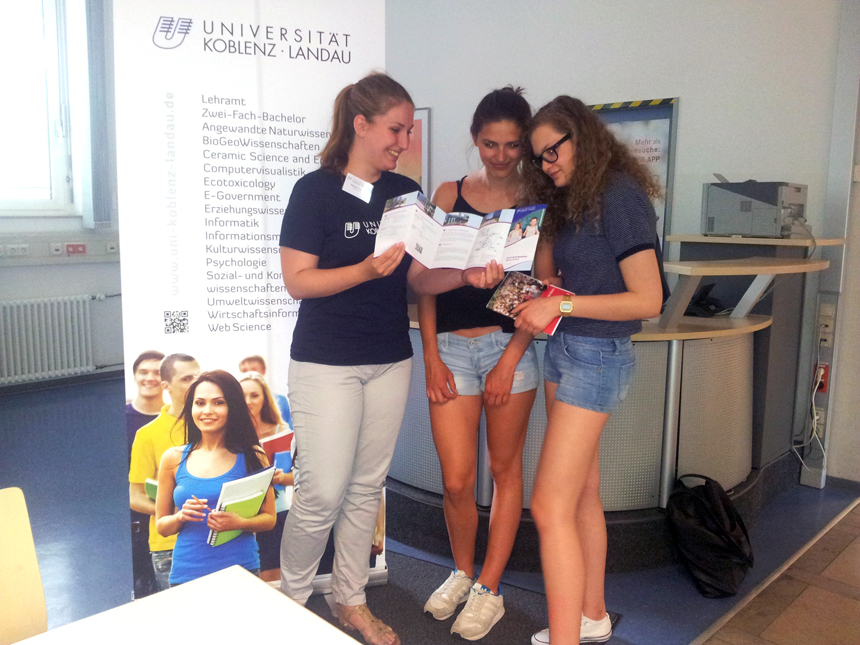 Eine Unibotschafterin informiert Schülerinnen auf einer Messe in Mannheim. Foto: Ralf Bauer